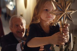 A grandfather goes on a fitness mission for a very special reason in this emotive German holiday ad