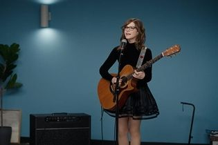 Lisa Loeb auditions for Geico with an insurance-based reprise of '90s hit 'Stay'