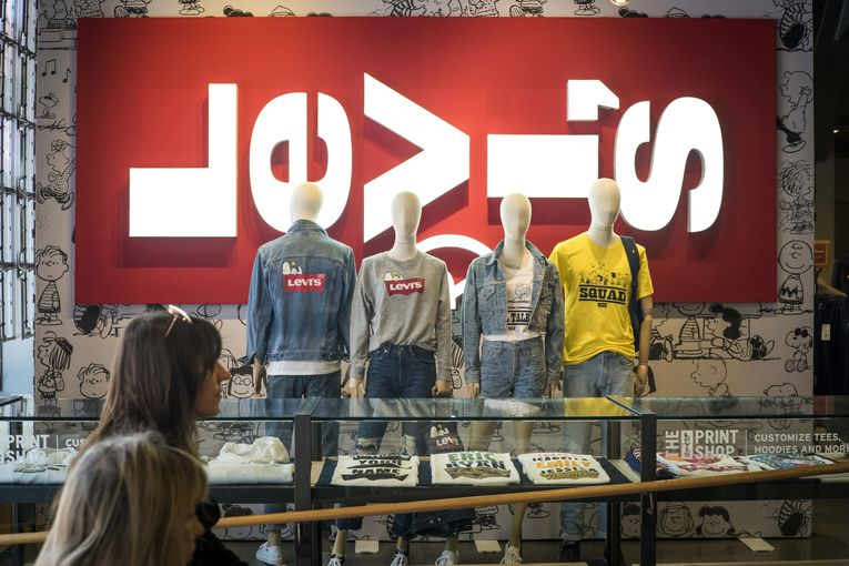 Levi's sends its Americas media account to UM